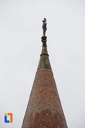 castelul-corvinilor-azi-muzeu-din-hunedoara-judetul-hunedoara-varf-de-turn-cu-statueta.jpg