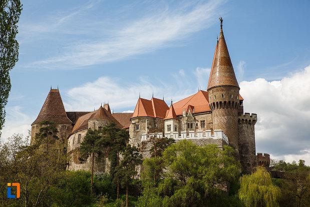 castelul-corvinilor-azi-muzeu-din-hunedoara-judetul-hunedoara-vazut-de-la-distanta.jpg