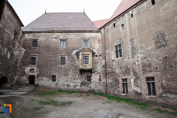 castelul-corvinilor-azi-muzeu-din-hunedoara-judetul-hunedoara-vazut-din-curtea-interioara.jpg