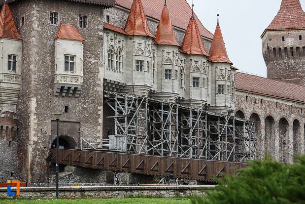 castelul-corvinilor-azi-muzeu-din-hunedoara-judetul-hunedoara-vazut-din-lateral.jpg