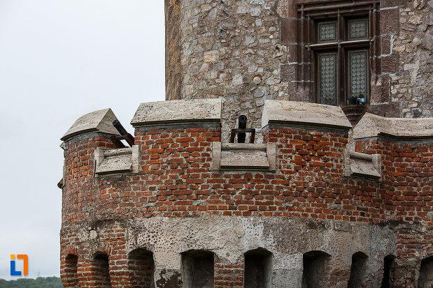 castelul-corvinilor-azi-muzeu-din-hunedoara-judetul-hunedoara-zid-de-aparare-cu-creneluri.jpg