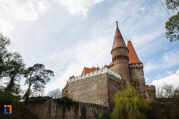 castelul-corvinilor-azi-muzeu-din-hunedoara-judetul-hunedoara-zid-de-aparare-vazut-de-la-distanta.jpg