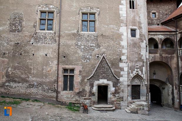 castelul-corvinilor-azi-muzeu-din-hunedoara-judetul-hunedoara-zidul-din-piatra-si-una-dintre-intrari.jpg