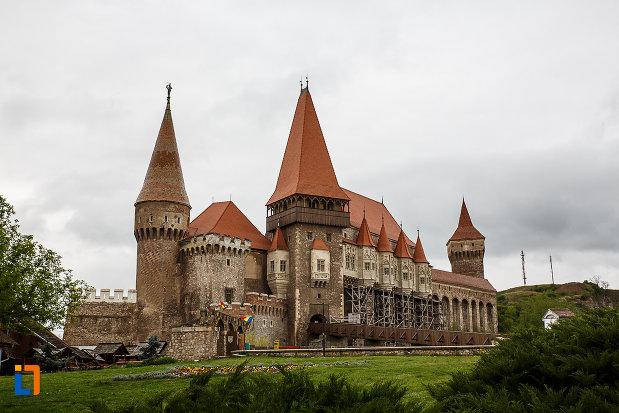 castelul-corvinilor-azi-muzeu-din-hunedoara-judetul-hunedoara.jpg