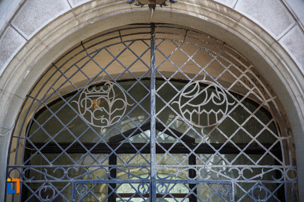 castelul-huniade-din-timisoara-judetul-timis-usa-cu-gratii-din-fier.jpg