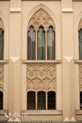 castelul-karolyi-din-carei-geamuri.jpg