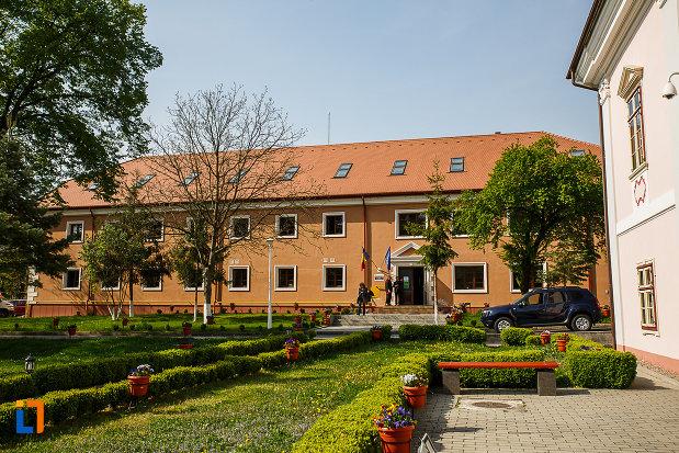 castelul-magna-curia-castelul-bethlen-din-deva-judetul-hunedoara-cladire-care-gazduieste-muzeul-civilizatiei-dacice-si-romane.jpg