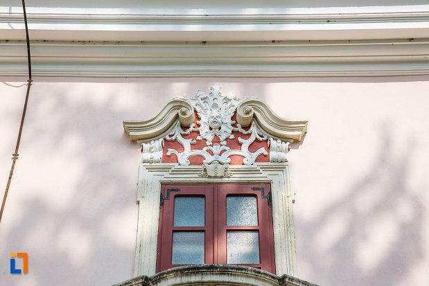 castelul-magna-curia-castelul-bethlen-din-deva-judetul-hunedoara-fereastra-cu-diverse-motive-decorative.jpg
