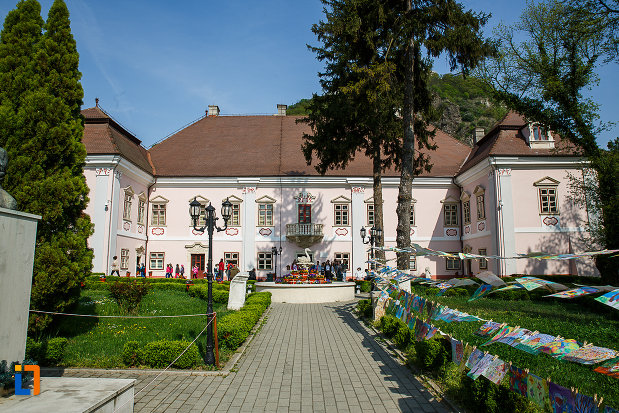 castelul-magna-curia-castelul-bethlen-din-deva-judetul-hunedoara.jpg