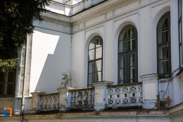 castelul-nako-1864-muzeul-bartok-bela-din-sannicolau-mare-balustrada-si-cateva-ferestre.jpg