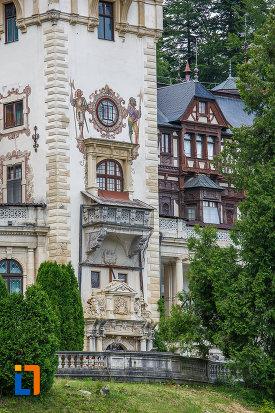castelul-peles-din-sinaia-judetul-prahova-imagine-cu-baza-turnului.jpg