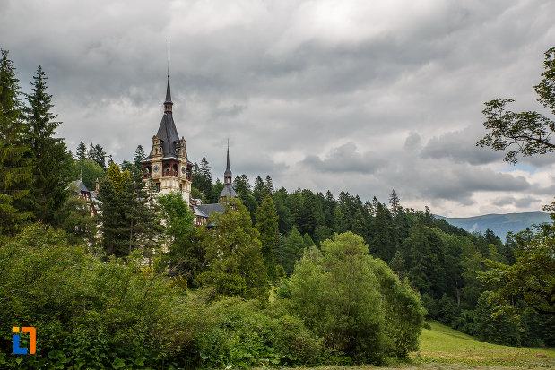 castelul-peles-din-sinaia-judetul-prahova-incadrat-intr-un-peisaj-idilic.jpg