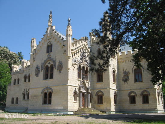 castelul-sturdza-din-miclauseni.jpg