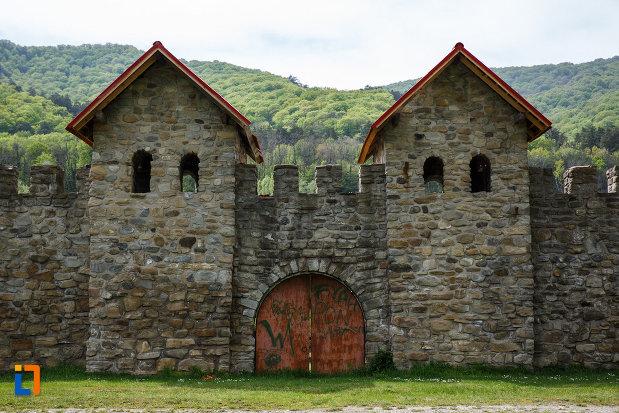 castrul-roman-arutela-din-caciulata-judetul-valcea-doua-turnuri-si-o-poarta.jpg