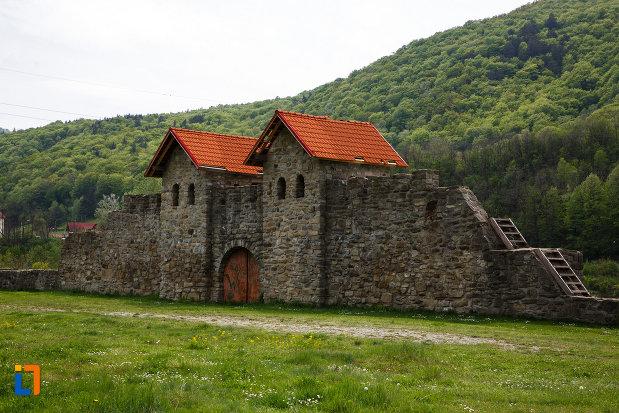 castrul-roman-arutela-din-caciulata-judetul-valcea-imagine-cu-cele-doua-turnuri-de-la-poarta.jpg