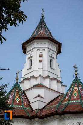 catedrala-adormirea-maicii-domnului-din-campulung-moldovenesc-judetul-suceava-cu-acoperis-deosebit-de-frumos-decorat.jpg