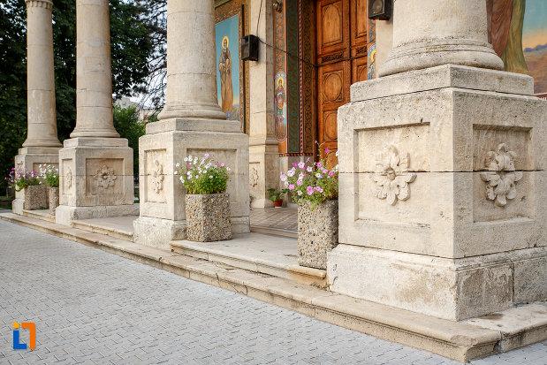 catedrala-domneasca-sf-alexandru-din-alexandria-judetul-teleorman-coloane-sculptate.jpg