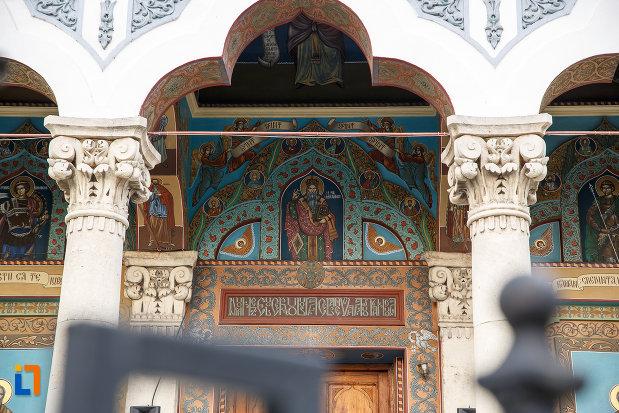 catedrala-domneasca-sf-alexandru-din-alexandria-judetul-teleorman-imagine-cu-partea-de-sus-de-la-intrare.jpg