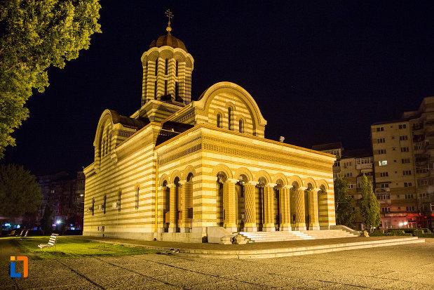 catedrala-mitropolitana-inaltarea-domnului-din-targoviste-judetul-dambovita-noaptea.jpg