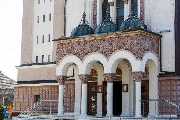 catedrala-ortodoxa-sf-arhangheli-mihail-si-gavril-din-orastie-judetul-hunedoara-coloanele-de-la-intrare.jpg