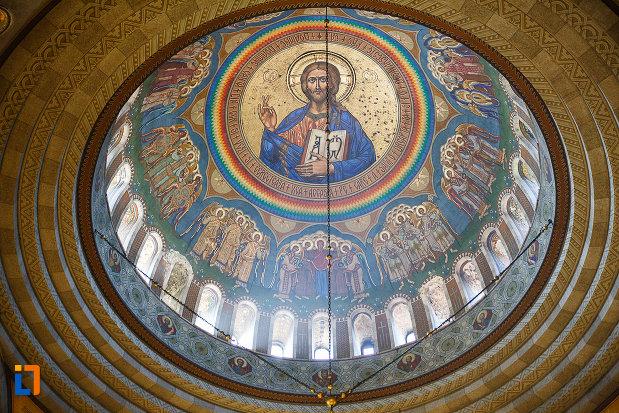 catedrala-ortodoxa-sf-arhangheli-mihail-si-gavril-din-orastie-judetul-hunedoara-cupola-cu-pictura-si-vitralii.jpg