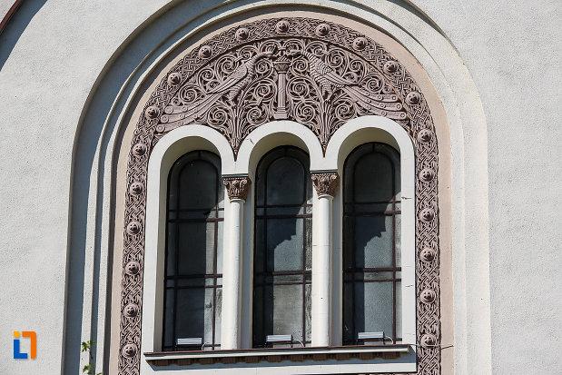 catedrala-ortodoxa-sf-arhangheli-mihail-si-gavril-din-orastie-judetul-hunedoara-fereastra-cu-coloane.jpg