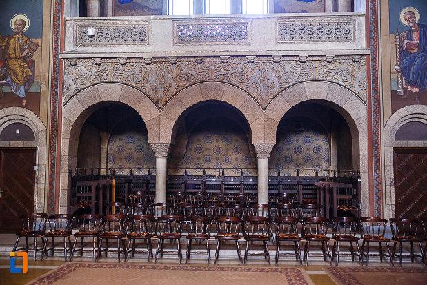 catedrala-ortodoxa-sf-arhangheli-mihail-si-gavril-din-orastie-judetul-hunedoara-imagine-cu-scaune.jpg