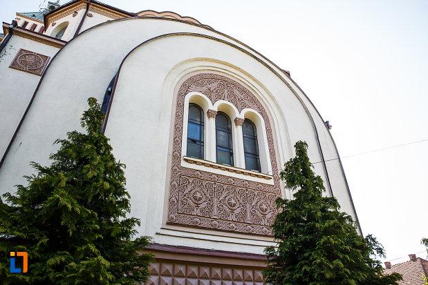 catedrala-ortodoxa-sf-arhangheli-mihail-si-gavril-din-orastie-judetul-hunedoara-imagine-cu-trei-vitralii.jpg