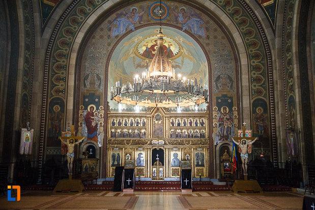 catedrala-ortodoxa-sf-arhangheli-mihail-si-gavril-din-orastie-judetul-hunedoara-interiorul-si-altarul.jpg