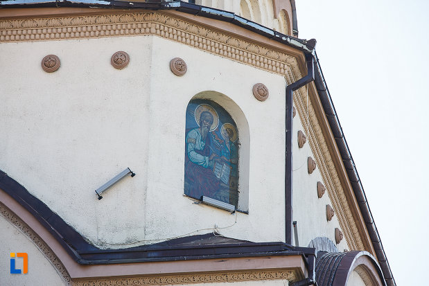 catedrala-ortodoxa-sf-arhangheli-mihail-si-gavril-din-orastie-judetul-hunedoara-picura-pe-perete-aflata-in-exterior.jpg