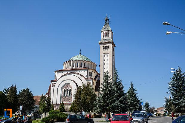 catedrala-ortodoxa-sf-arhangheli-mihail-si-gavril-din-orastie-judetul-hunedoara-vazuta-de-la-distanta.jpg