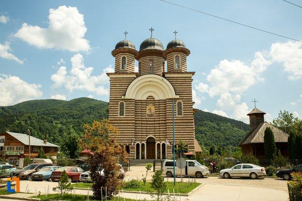 catedrala-ortodoxa-sf-gheorghe-din-nehoiu-judetul-buzau.jpg