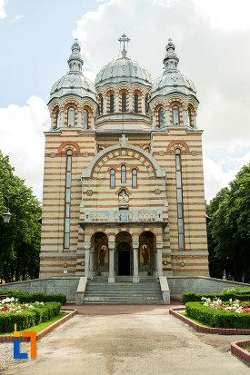 catedrala-ortodoxa-sf-gheorghe-din-tecuci-judetul-galati-vazuta-din-fata.jpg