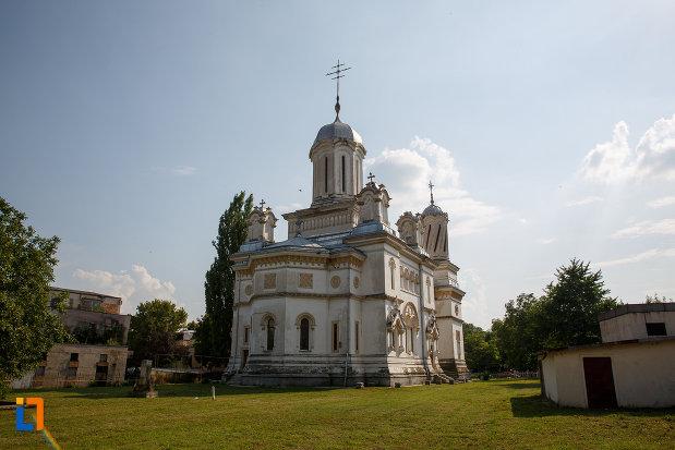 catedrala-ortodoxa-sf-haralambie-din-turnu-magurele-judetul-teleorman-vazuta-de-la-distanta.jpg
