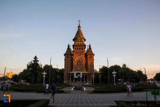 catedrala-ortodoxa-sf-trei-ierarhi-din-timisoara-judetul-timis-imagine-indepartata.jpg