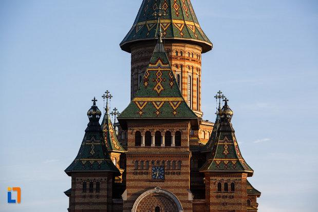catedrala-ortodoxa-sf-trei-ierarhi-din-timisoara-judetul-timis-poza-cu-turnurile.jpg
