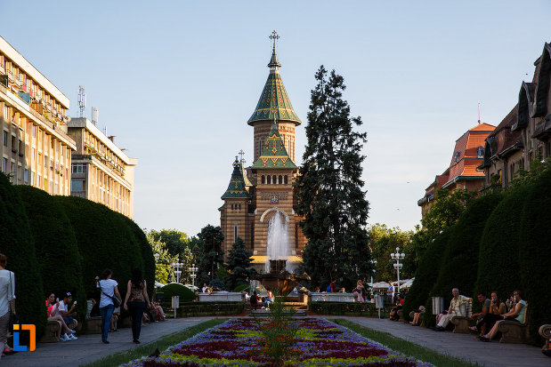 catedrala-ortodoxa-sf-trei-ierarhi-din-timisoara-judetul-timis-vazuta-din-piata-victoriei.jpg