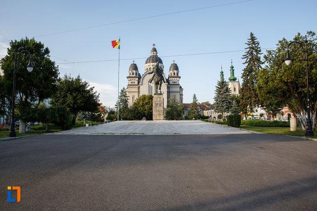 catedrala-ortodoxa-si-statuia-lui-avram-iancu-din-targu-mures-judetul-mures.jpg