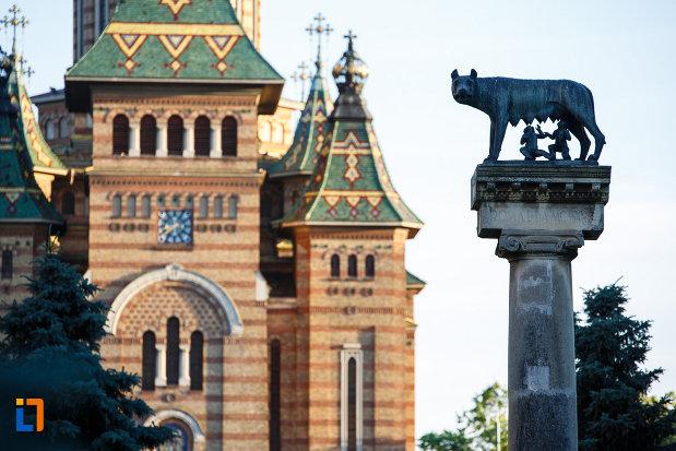 catedrala-ortodoxa-si-statuia-lupoaica-lupa-capitolina-din-timisoara-judetul-timis.jpg