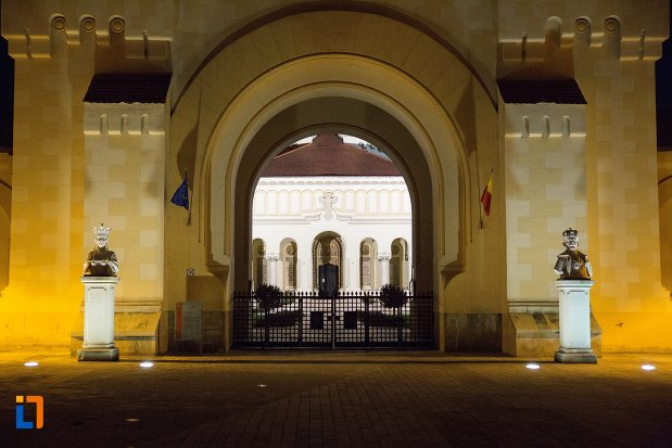 catedrala-reintregirii-din-alba-iulia-judetul-alba-iluminata.jpg