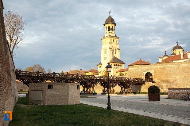 catedrala-reintregirii-din-alba-iulia-judetul-alba-intr-o-zi-insorita.jpg