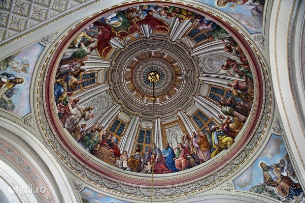 catedrala-romano-catolica-dieceza-de-satu-mare-bolta-pictata-in-biserica.jpg