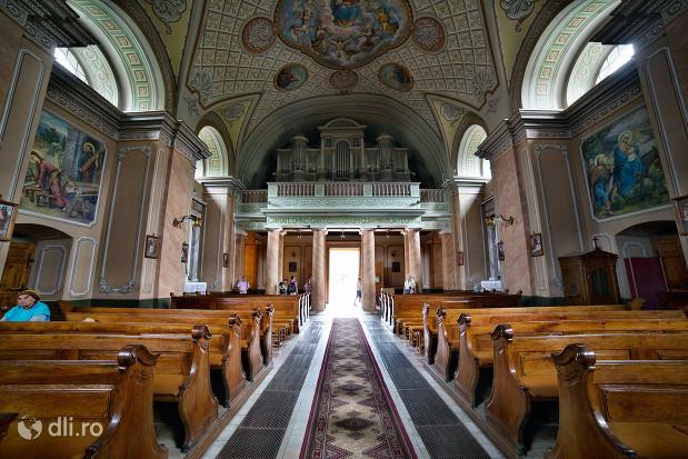 catedrala-romano-catolica-dieceza-de-satu-mare-vedere-spre-iesirea-din-biserica.jpg
