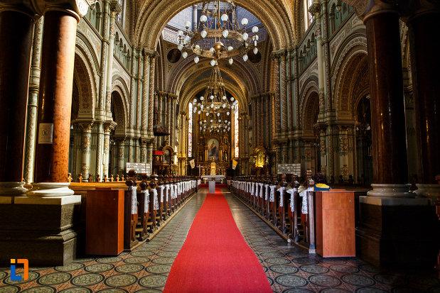 catedrala-romano-catolica-millenium-din-timisoara-judetul-timis-culoarul-cu-banci.jpg