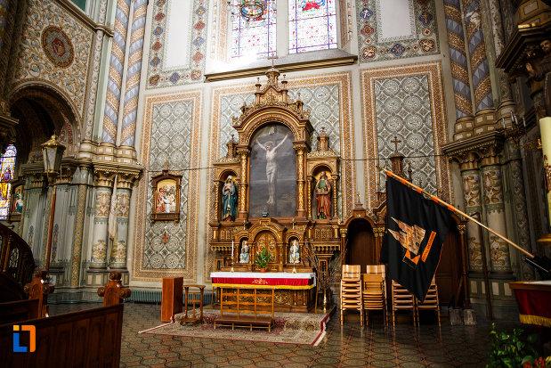 catedrala-romano-catolica-millenium-din-timisoara-judetul-timis-icoana-cu-rastignirea-lui-iisus-si-alte-obiecte-de-cult.jpg