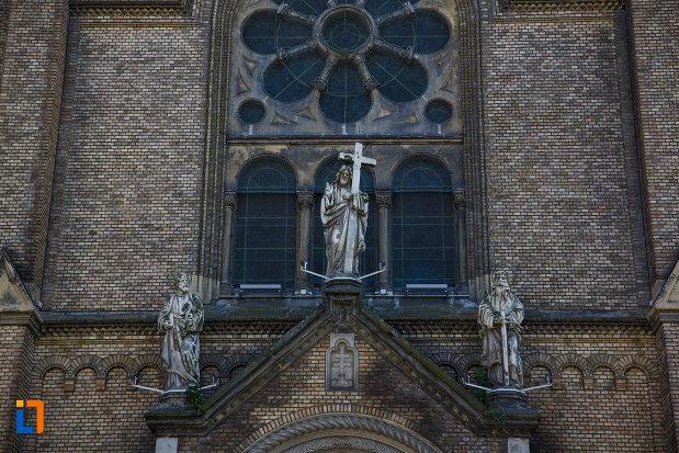 catedrala-romano-catolica-millenium-din-timisoara-judetul-timis-imagine-cu-cele-trei-statui.jpg