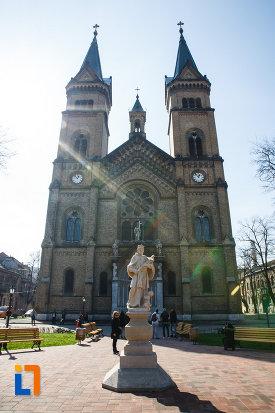 catedrala-romano-catolica-millenium-din-timisoara-judetul-timis-statuie-aflata-in-fata.jpg
