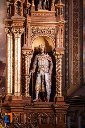 catedrala-romano-catolica-millenium-din-timisoara-judetul-timis-statuie-cu-coroana-si-arme-de-lupta.jpg