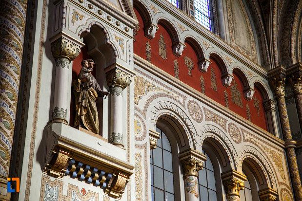 catedrala-romano-catolica-millenium-din-timisoara-judetul-timis-statuie-cu-iosif-si-pruncul-iisus.jpg