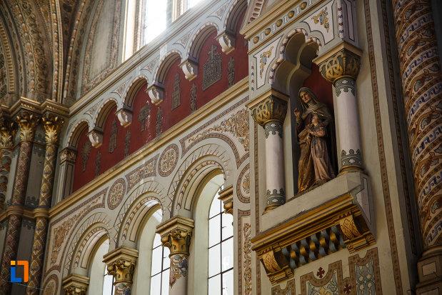 catedrala-romano-catolica-millenium-din-timisoara-judetul-timis-statuie-cu-maria-si-pruncul-iisus.jpg